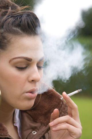 AY27732397Teenage girl smok