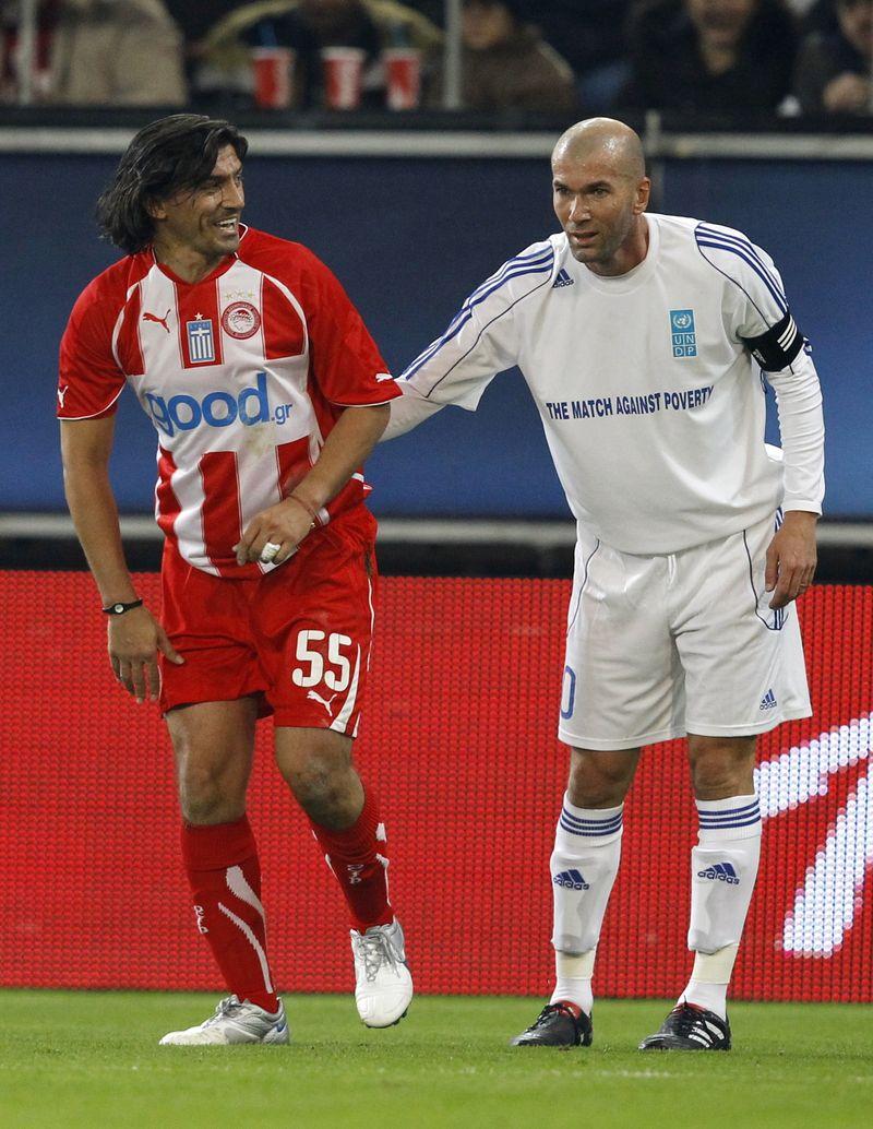 Zidane jokes with Georgios Amanatidis
