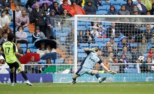 Zaragoza's Angel Lafita Castillo, left, shoots to score