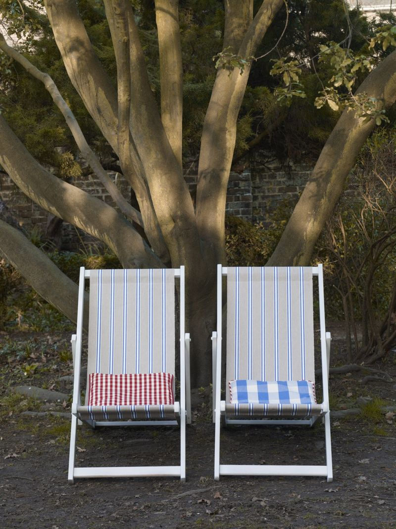 Ian Mankin - Outdoor living -  Deck chairs in Deckchair Wicket Stripe Indigo - Lifestyle - Portrait