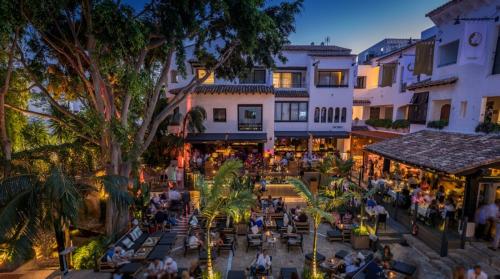 La-Plaza-by-night-2017-July-1400x0-c-default